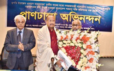 Mahbubul Hoqが建築家Yeafesh Osmanにブーケを贈呈