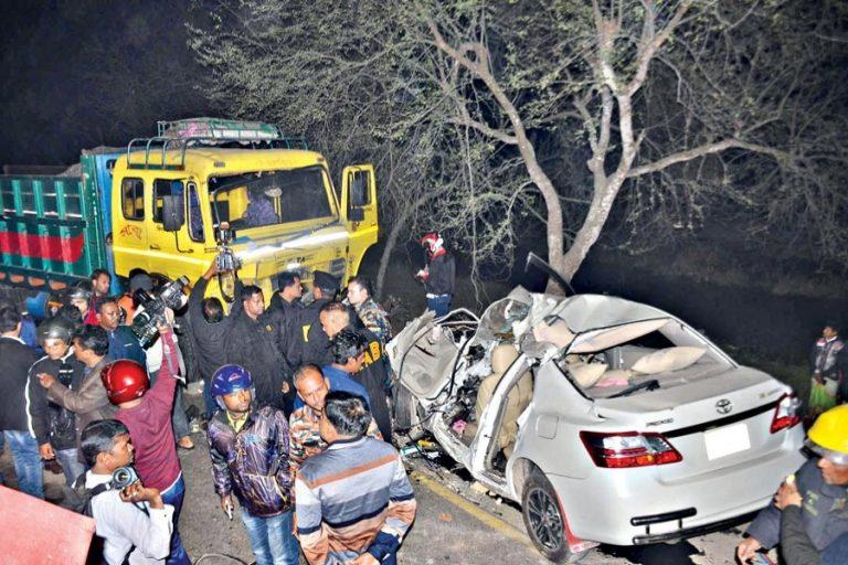 クルナの交通事故で5人死亡