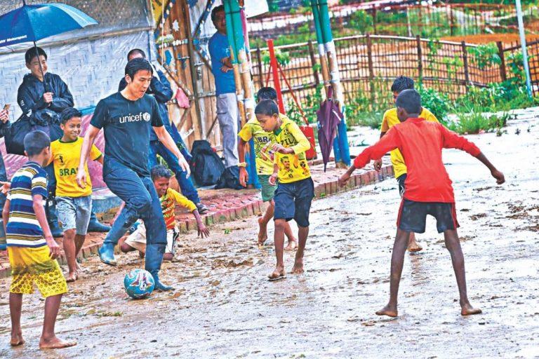 サッカー選手、キャンプ訪問