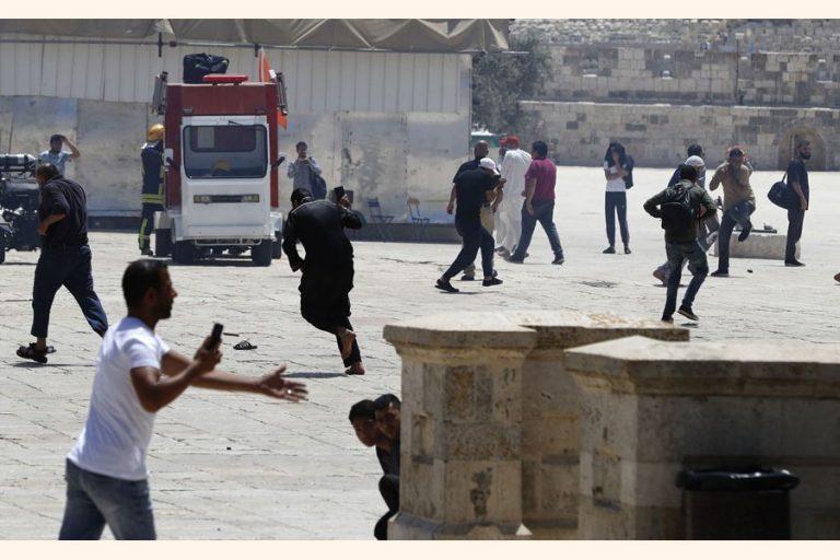 エルサレムの聖地でパレスチナ人が警察と衝突