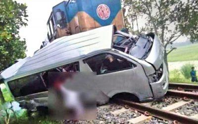 電車がマイクロバスに当たり、9人のうち新郎新婦が死亡