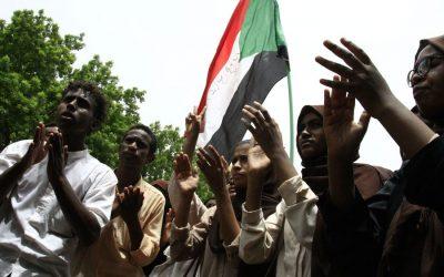 スーダン軍、デモ参加者が権力共有文書に署名