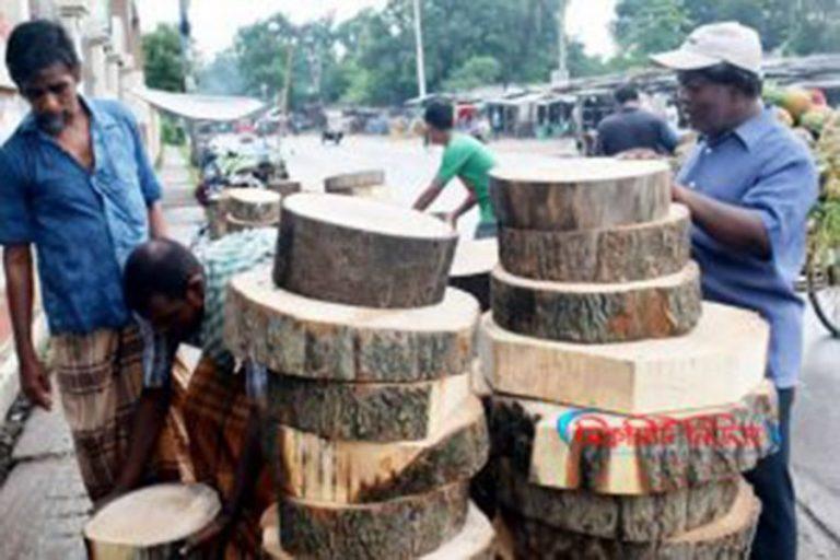 牛肉を処理する木の幹の活発なビジネス