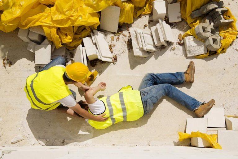 職場の事故で302人死亡