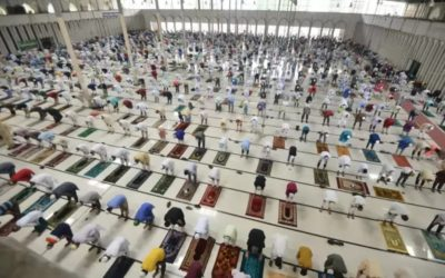 近隣モスクで礼拝を