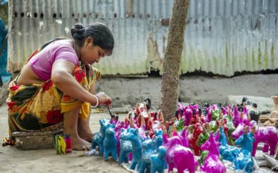 彼女のアイテムに最後の仕上げをする陶芸家
