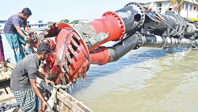 バリサル川港:プラスチック廃棄物は浚渫作業を遅らせる