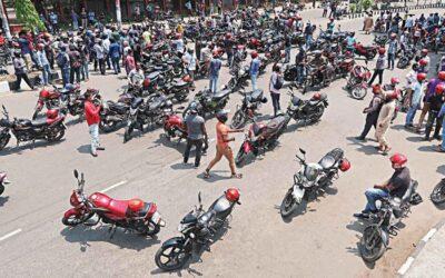 ライドシェアリングサービス:バイカーステージデモ、政府に制限を解除するよう促す
