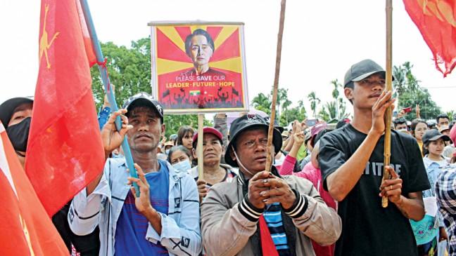 ミャンマーの抗議者が軍事フンタを非難するために拍手