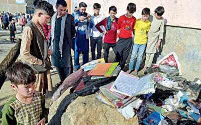 カブールの学校での爆発:死者数が68人に達すると家族が犠牲者を葬る